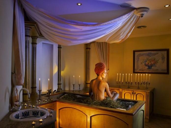 Un bagno di fieno aromatizzato per stare bene con corpo e spirito