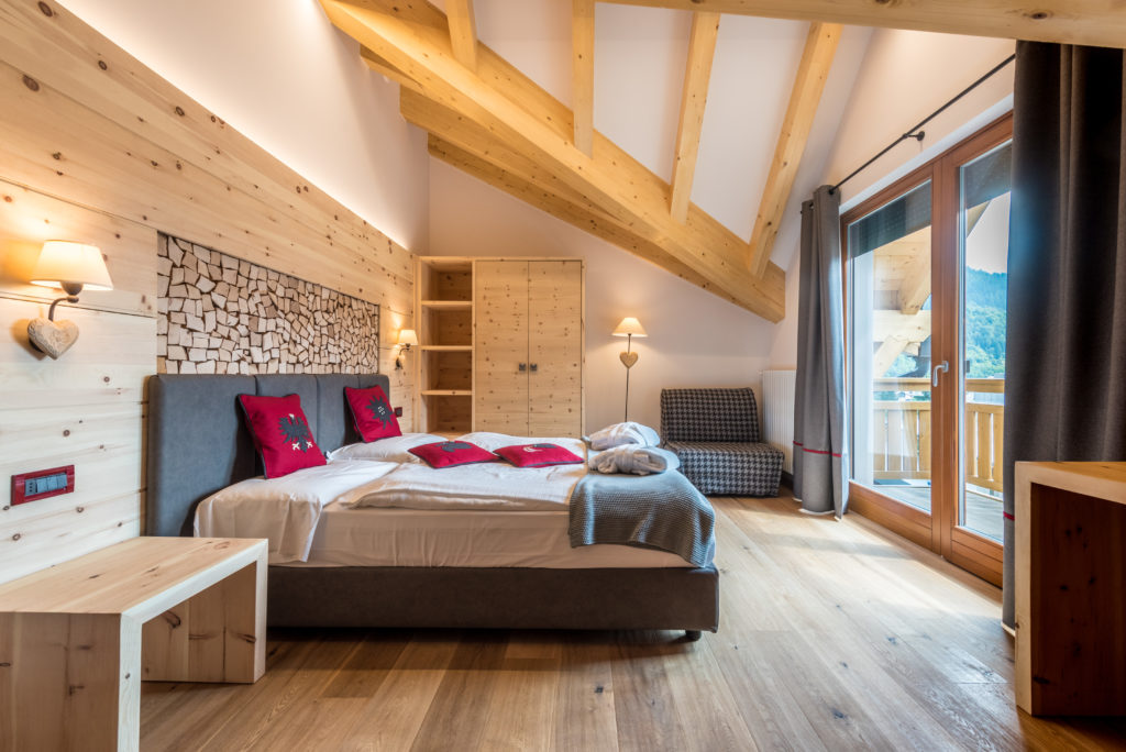 Tevini Hotel sulle Dolomiti - camera con legno di cirmolo