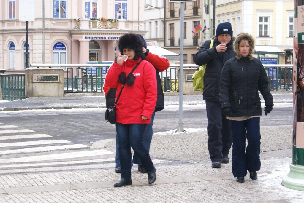 Karlovivary - la gente beve l'acqua termale per scaldarsi in strada