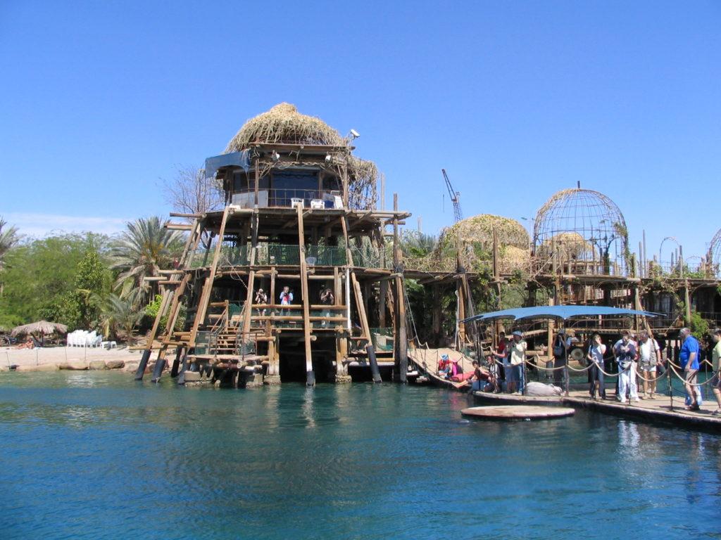 Spiaggia dei Delfini a Eilat (Mar Rosso) la banchina e la torre di osservazione